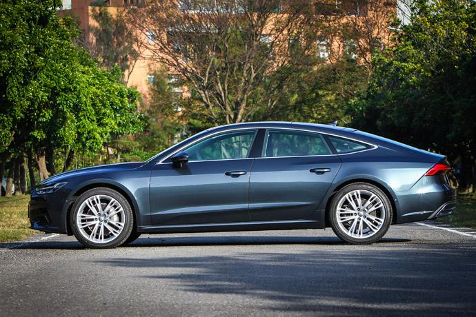 其長車頭、短車尾的車身設定,不僅呼應了Audi 100 Coupe的經典意念,透過嶄新的設計概念,也使得全新Audi A7 Sportback所呈現的視覺效果更為強烈。版權所有/汽車視界