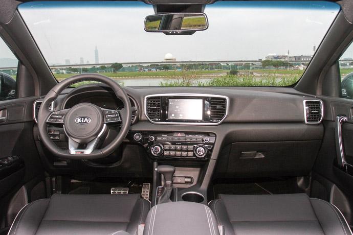 簡潔直覺整體內裝鋪陳相當簡潔直覺,除了GT Line套件加持下的真皮包覆方盤、鍍鉻踏板外,還擁有全景式天窗,在空間上相當寬敞舒適。此外於行駛中,座艙內絲毫感受不到柴油車的噪音,在防噪上擁有相當優秀的表現。版權所有/汽車視界