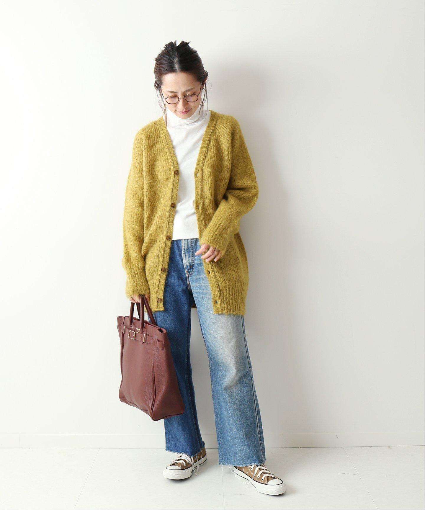 以高領的淺色打底上衣來創造層次效果就是簡單又不失印象感的衣裝