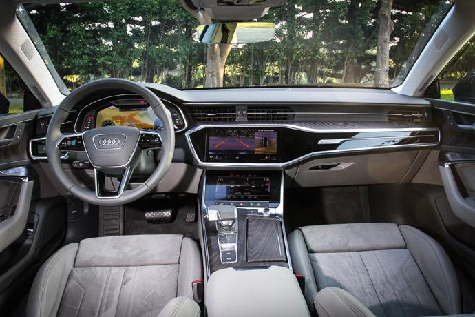 以Audi Virtual Cockpit全數位虛擬座艙科技做為基礎,搭配MMI touch response觸控回饋操作介面,整合在中控10.1吋及8.6吋的雙觸控螢幕上,上方的螢幕主要提供影音、車輛資訊、導航介面的呈現,下方的8.6吋則是整合恆溫空調的設定、導航的手寫功能。版權所有/汽車視界