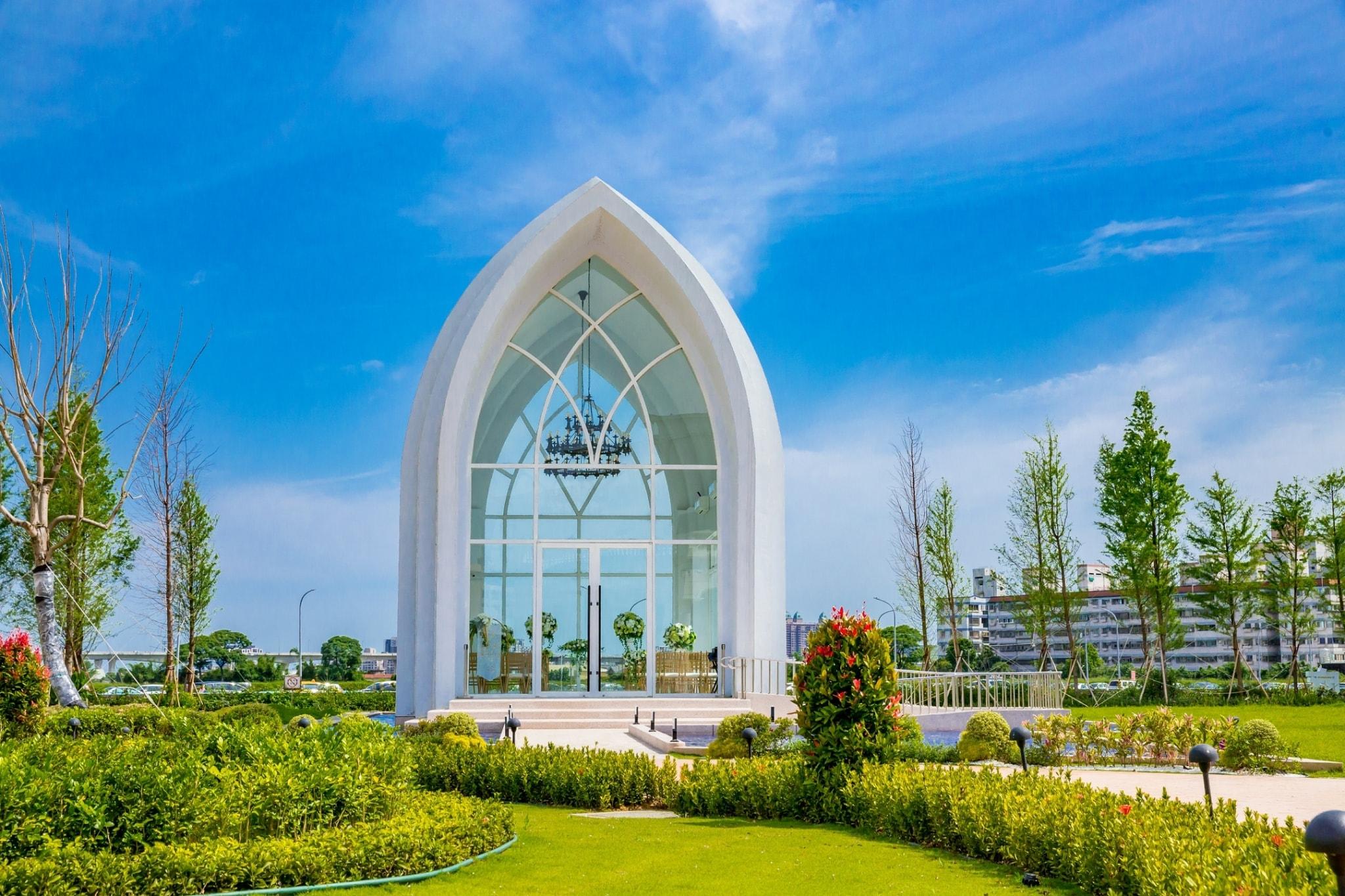 皇家薇庭婚宴會館占地廣闊,水上白色玻璃教堂相當吸睛。圖/皇家薇庭Royal Wedding莊園式婚宴會館臉書粉絲專頁