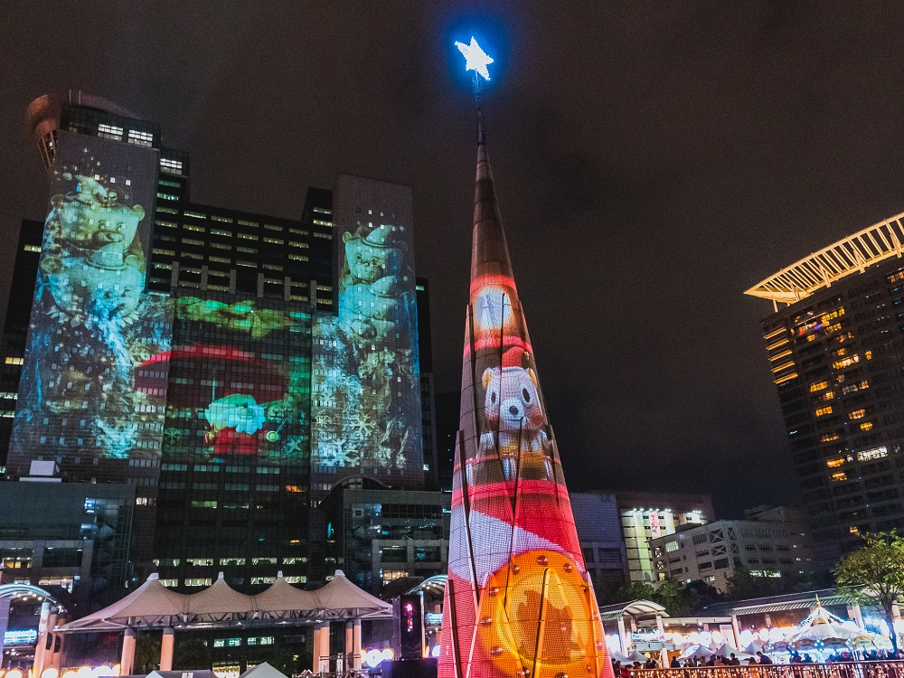 新北歡樂耶誕城今年以魔法為主題,有全球唯一雙塔雷射光雕秀。圖/新北歡樂耶誕城活動官網