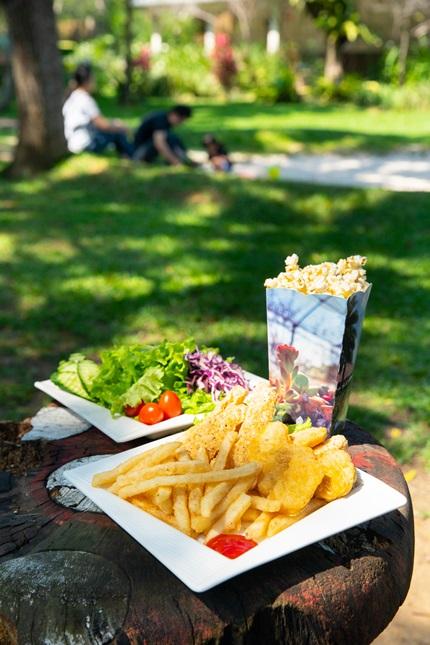 現場可品嘗鮮美的蔬菜沙拉。攝影/李文欽