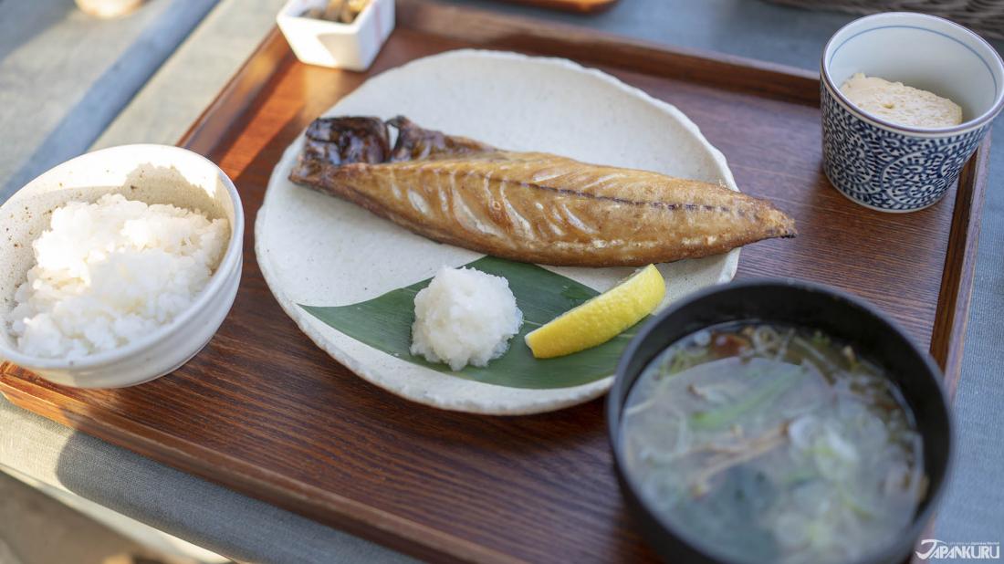 定番的季節煮魚定食(季節の煮魚定食)。