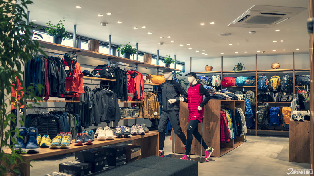 除了主打的登山戶外用品外,配合現在慢跑風行的潮流,THE NORTH FACE也推出了相關服飾和配件。