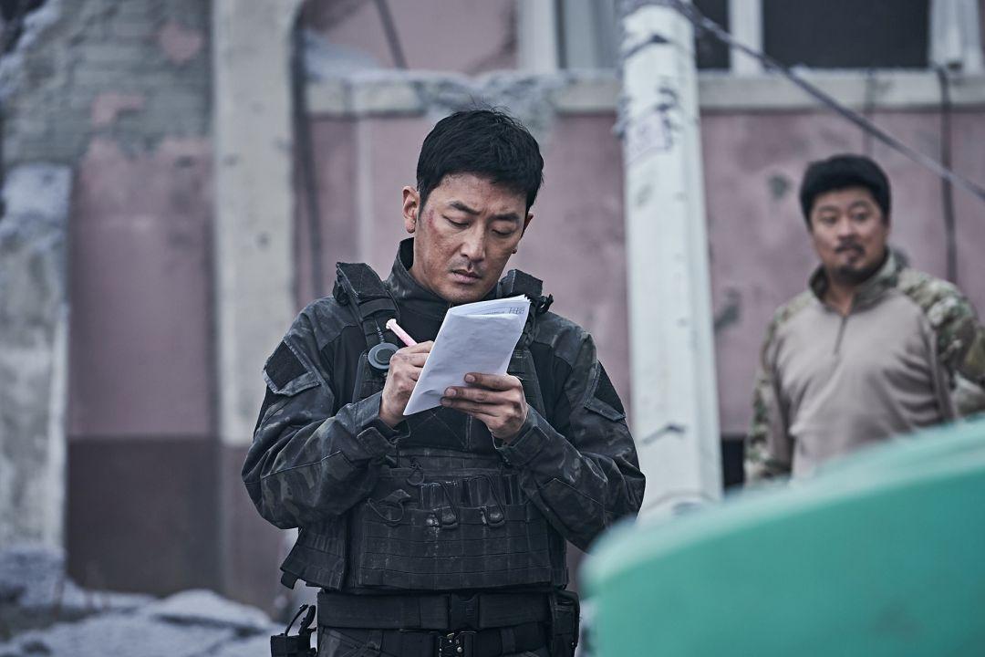 河正宇在拍攝現場劇本不離手 一有空檔就拿筆做筆記