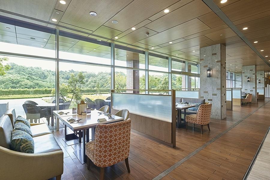 餐廳坐擁大面綠意窗景。攝影/張晨晟
