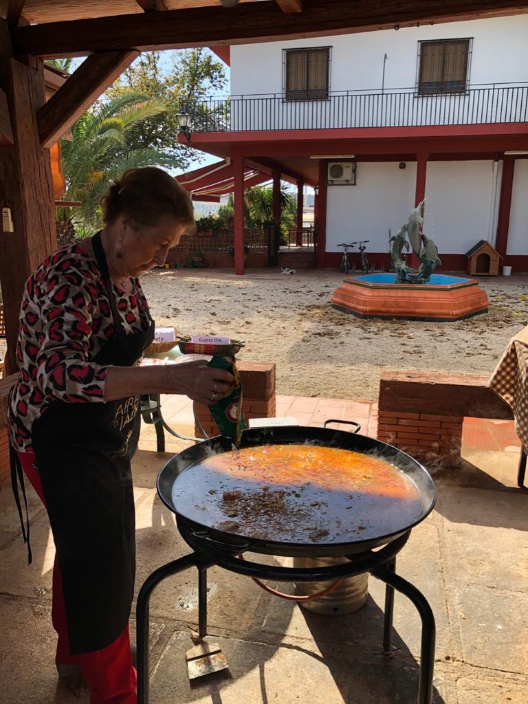 ▲橄欖園中的主人家由老闆娘親自下廚煮傳統的西班牙燉飯。