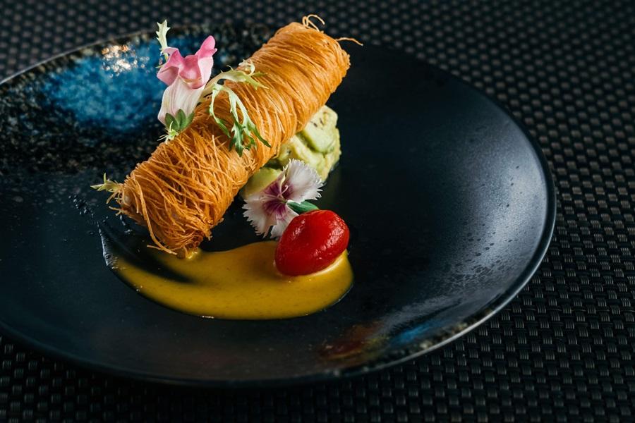 山盟海誓一甲子,麵線將龍虎石斑捲起來鎖住鮮味再下去油炸,搭配酪梨與芒果醬。攝影/Ray