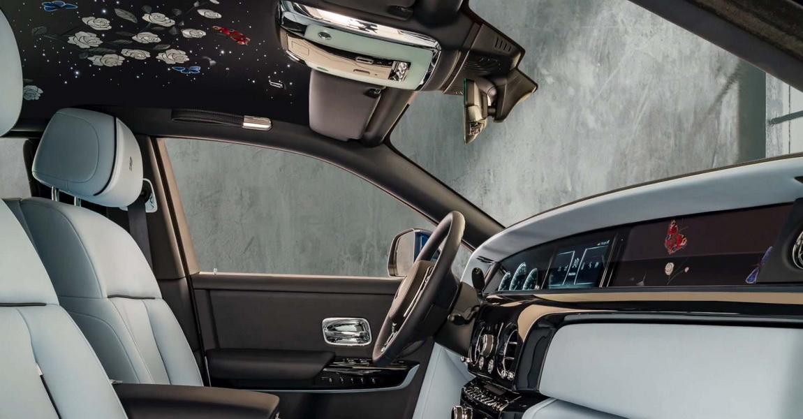 圖/車內包括頂蓬、中控臺、車門內飾板…等皆可見到幻影玫瑰圖案,就連儀表板也以花束點綴,即使是駕駛也可以享受被玫瑰包圍的氛圍。