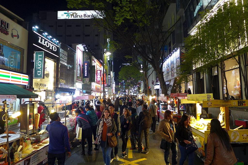 首爾明洞 (Photo by Wikipedia user -Wpcpey, License: CC BY-SA 3.0, Wikimedia Commons提供)