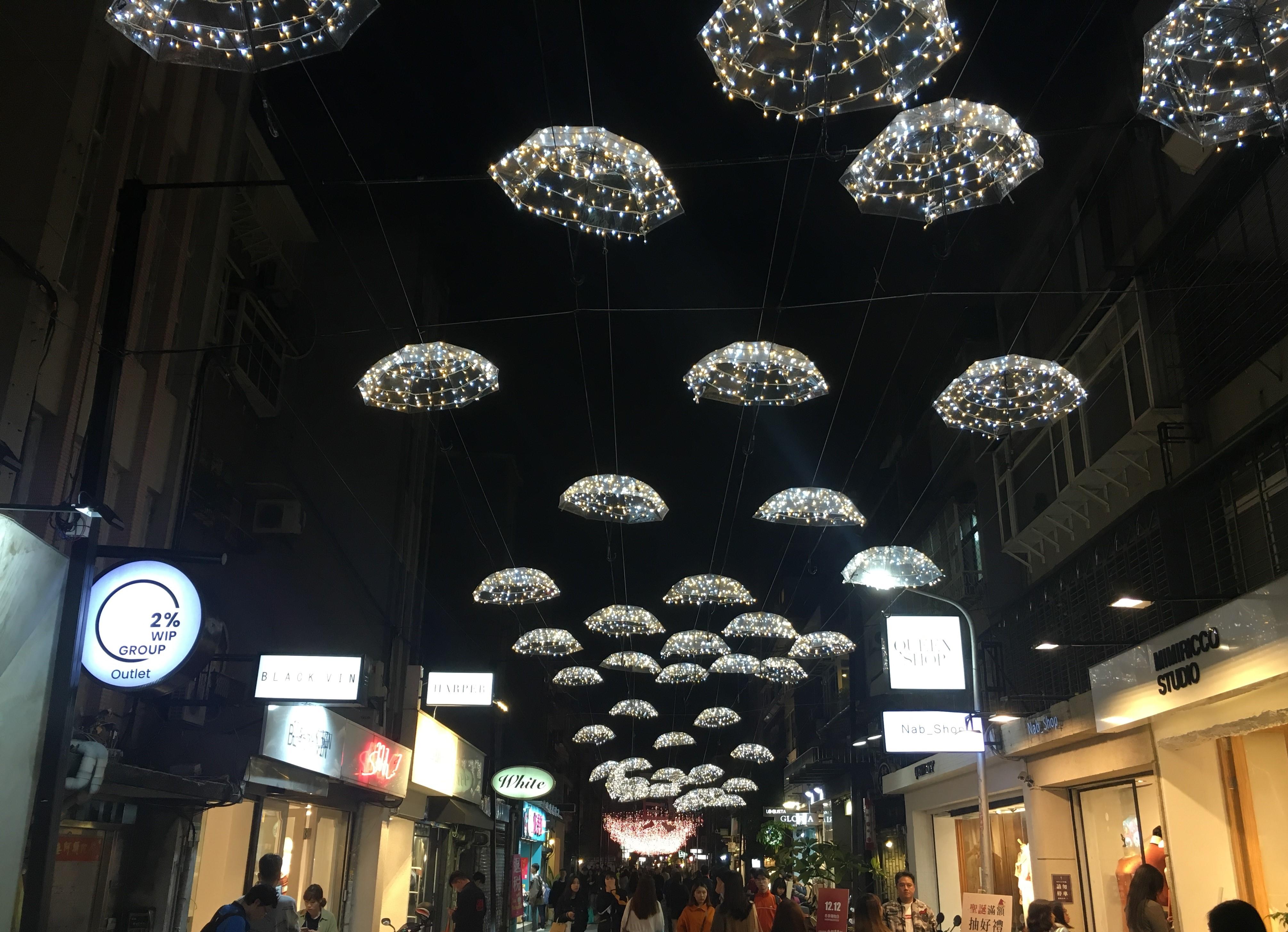 跨年活動推出TaipeiXmas打頭陣,市府周邊仁愛路到東區商圈綿延3000公尺的閃耀燈飾成為焦點。圖/A編