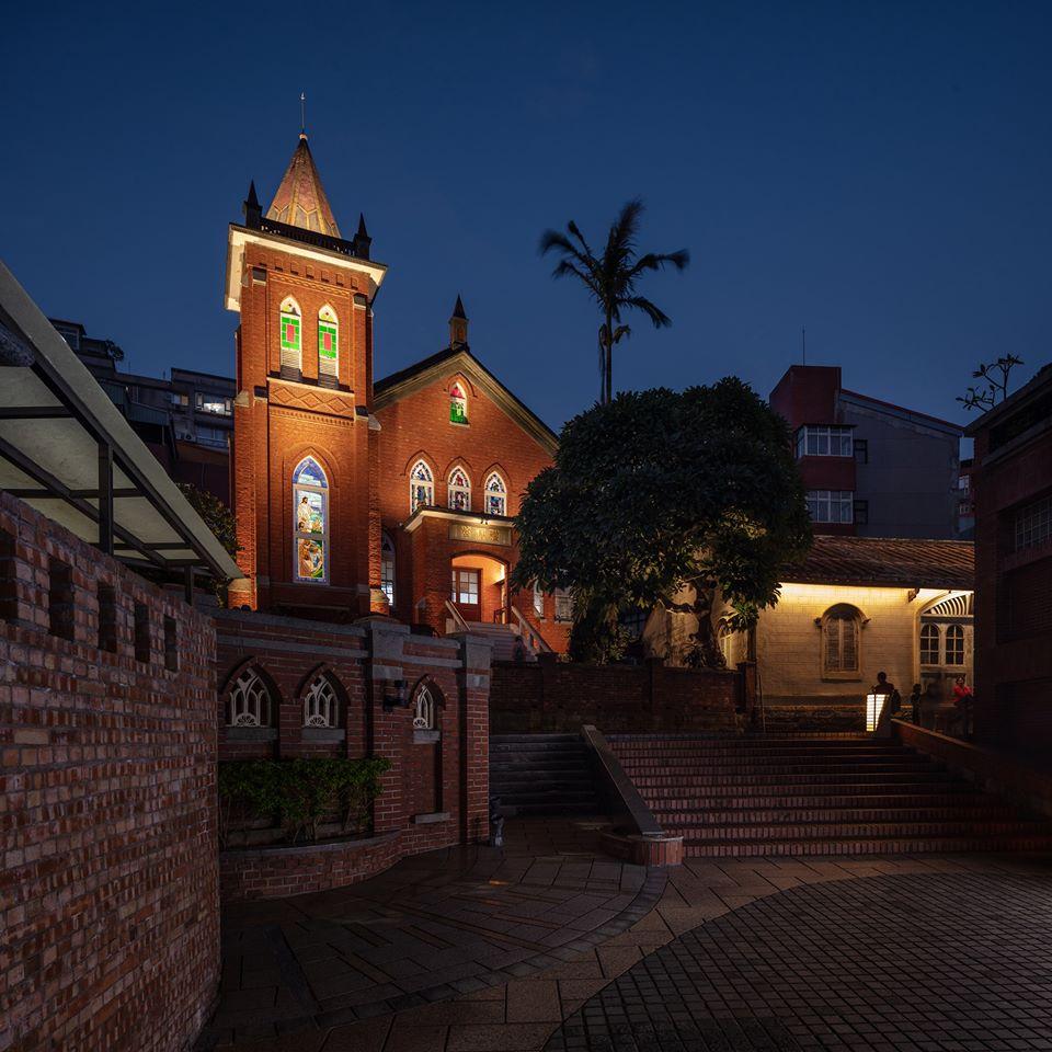 淡水禮拜堂外觀以紅磚打造而成,仿哥德式的高聳尖塔為其一大亮點。圖/淡水基督長老教會臉書粉絲專頁