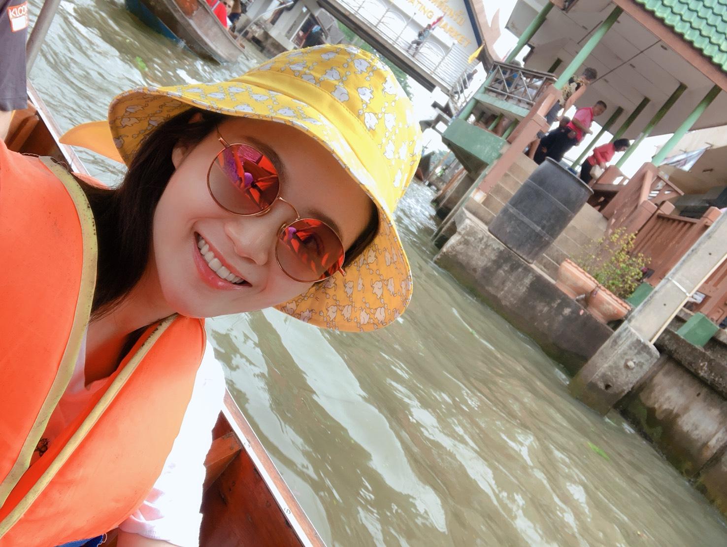 ▲楊小黎在水上市場體驗坐船,還不小心被商家纏住。