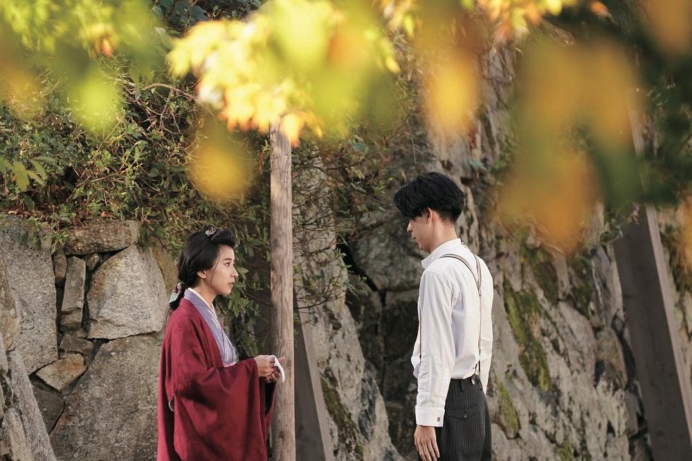 對於黑島結菜(左)表示自己17歲左右第一次和成田凌(右)見面,兩人也一直知道彼此,因此這次合作,相當快能進入青梅竹馬的狀態