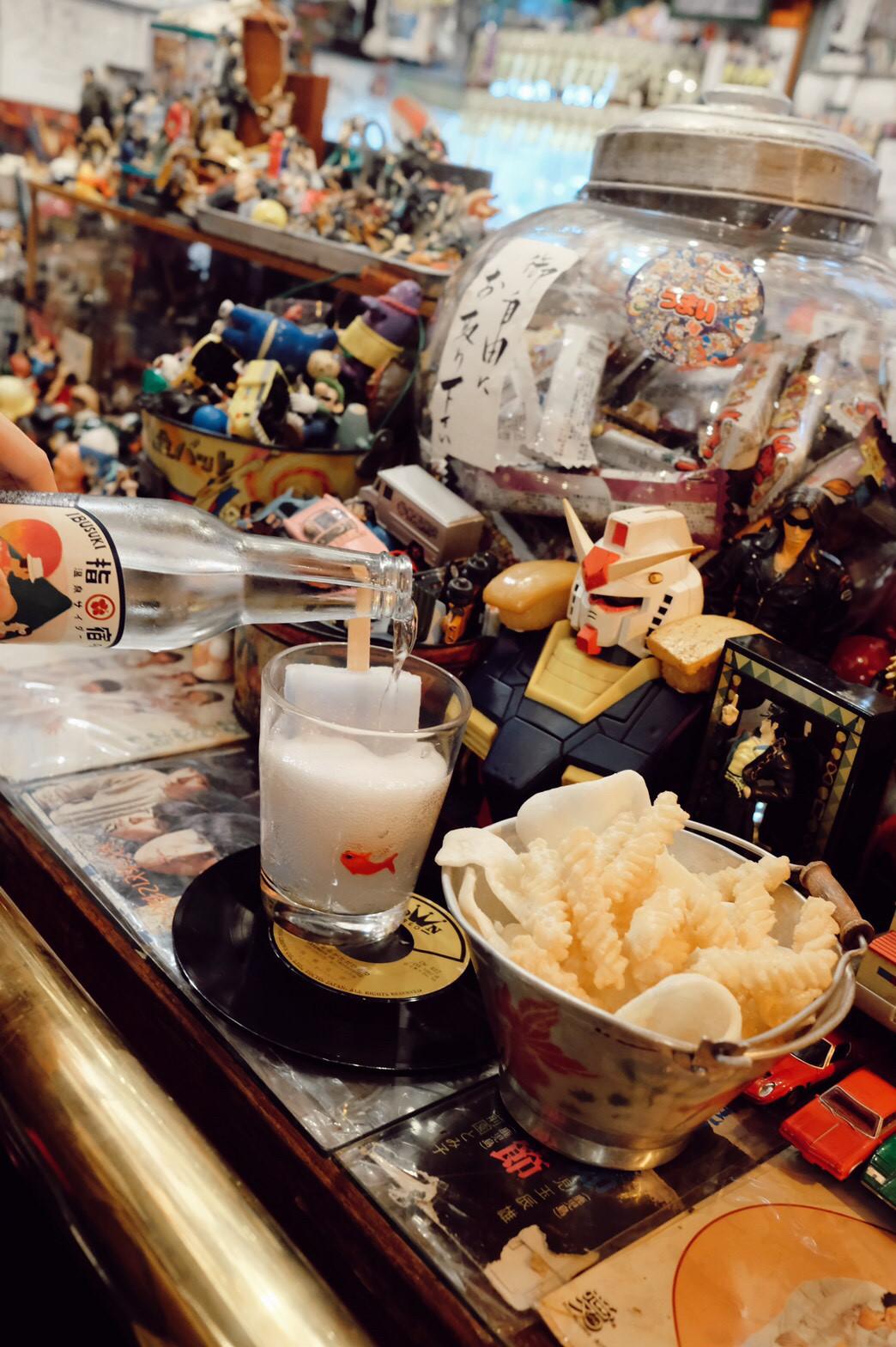 ▲紀卜心大推店內下酒菜和酒精飲品。