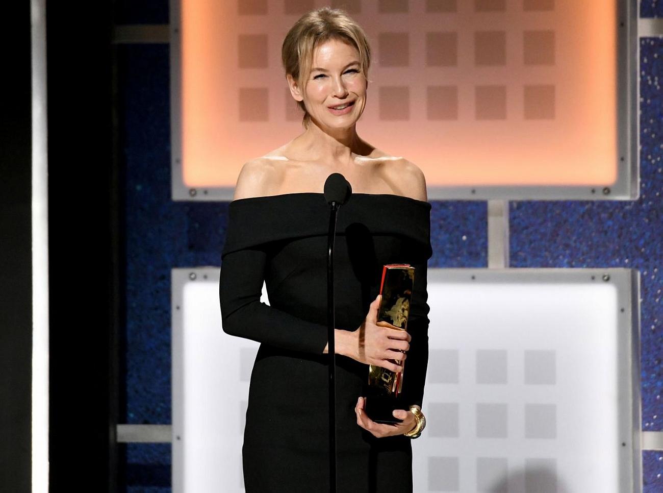 芮妮齊薇格在美國退休人員協會成人電影獎的頒獎典禮上致詞