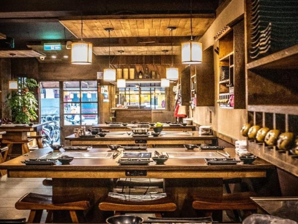 饗鮮肉清一色木質座位,暖色調、燈光佈置,別有一番氣氛。