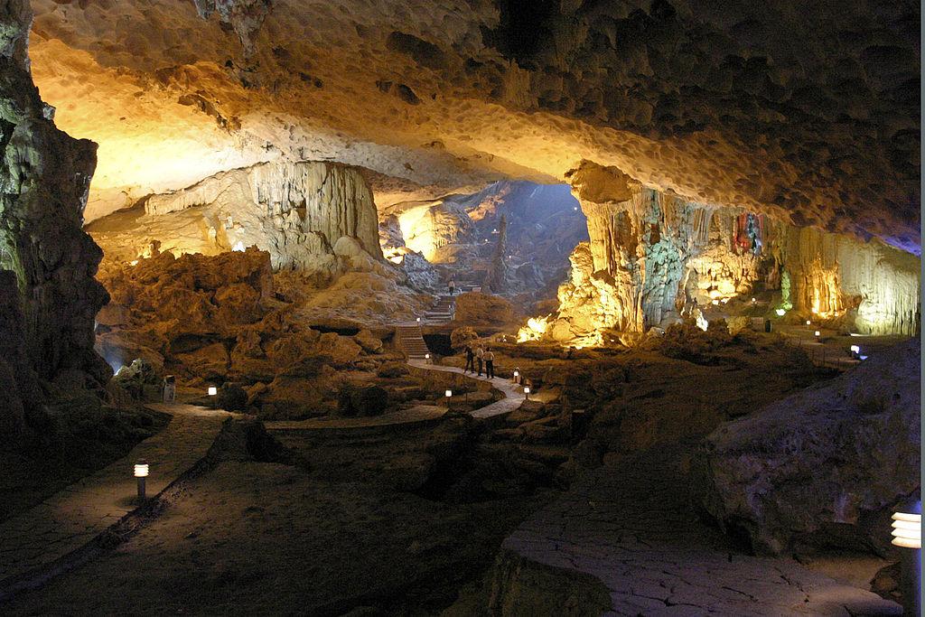 下龍灣 (Photo by Greg Willis from Denver, CO, usa, License: CC BY-SA 2.0, 圖片來源commons.wikimedia.org/wiki/File:Sung_Sot_(Surprise)_cave_(3694430331).jpg)
