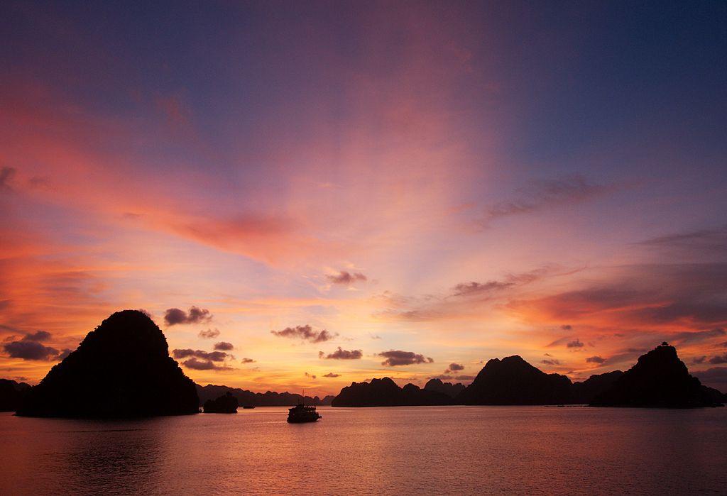 下龍灣 (Photo by qiv, License: CC BY-SA 2.0, 圖片來源www.flickr.com/photos/qiv/1468231937)