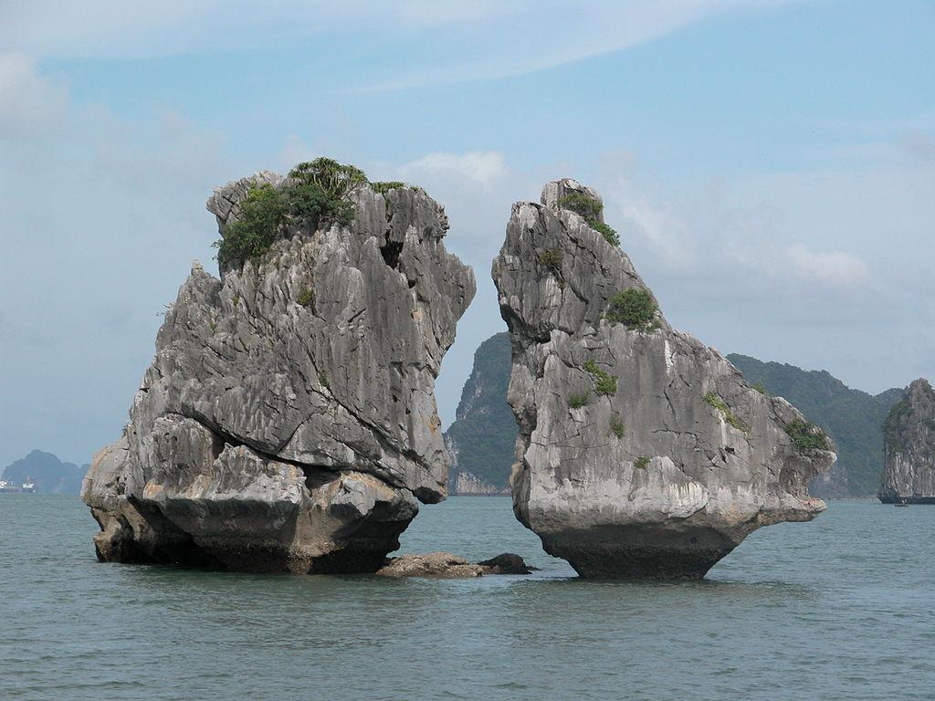 下龍灣 (Photo by Nguyễn Thanh Quang, License: CC BY-SA 3.0, Wikimedia Commons提供)