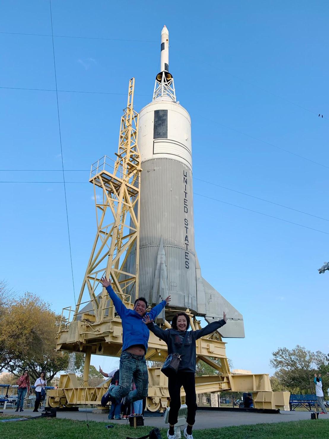 ▲在佛教團體師姐們的幫忙下,王中平夫婦參觀了NASA太空中心。