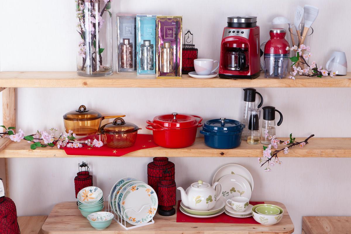 ▲紅色系、花飾餐具點綴餐桌。生活工場提供