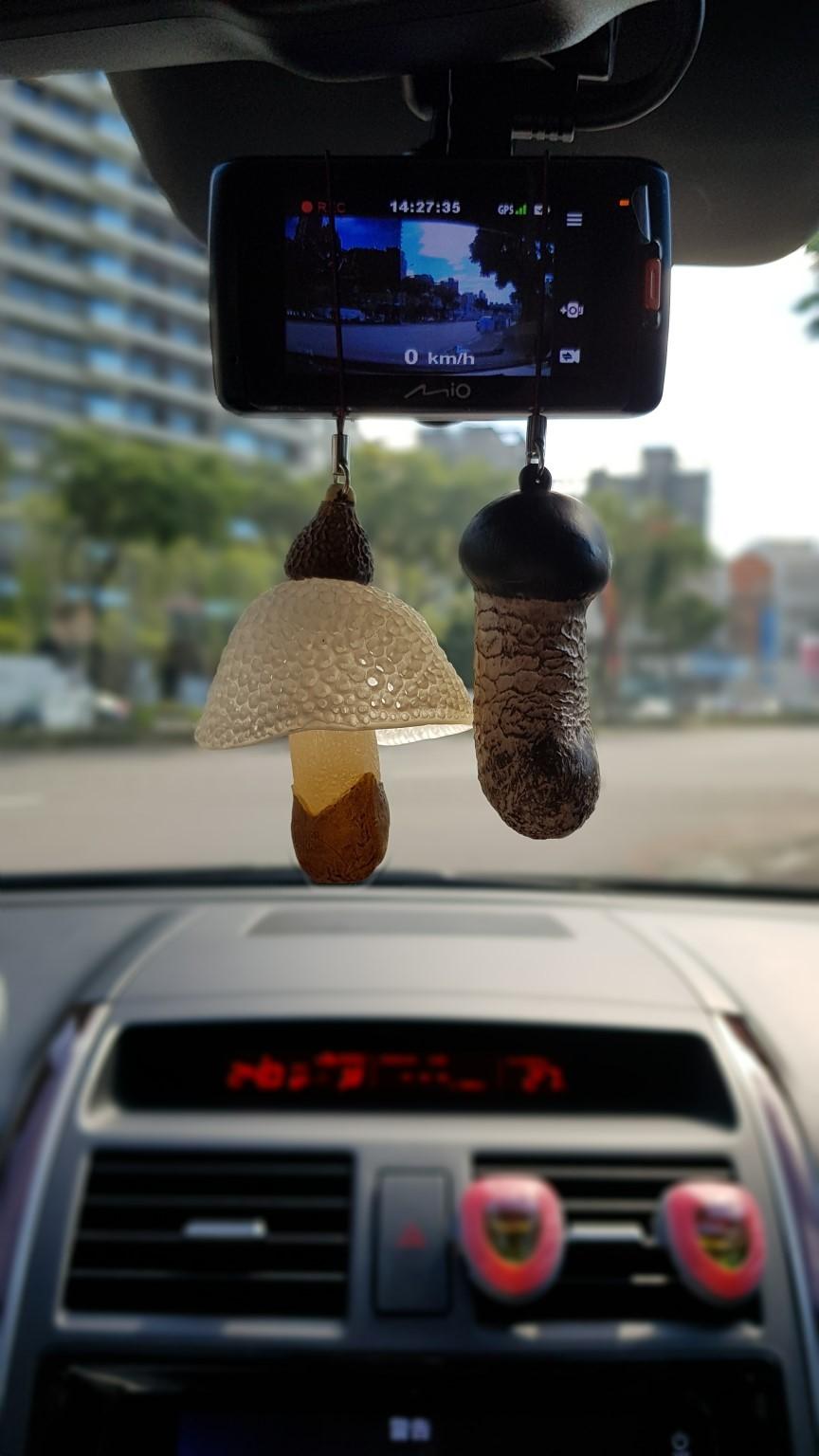 ▲後視鏡吊掛飾品,對要求車內環境的沈世朋,已經是最大讓步。