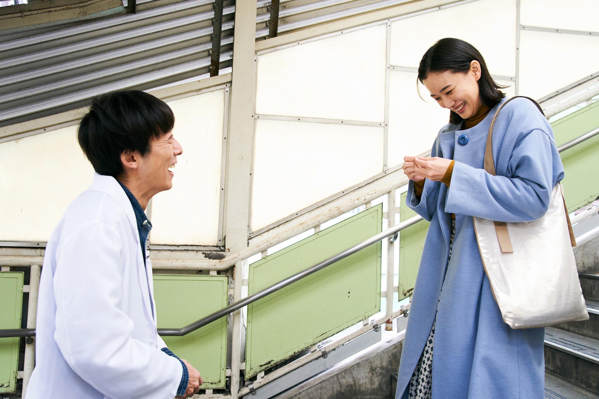 高橋一生(左)與蒼井優(右)在片中第一次見面,就對對方一見鍾情,譜出浪漫戀曲