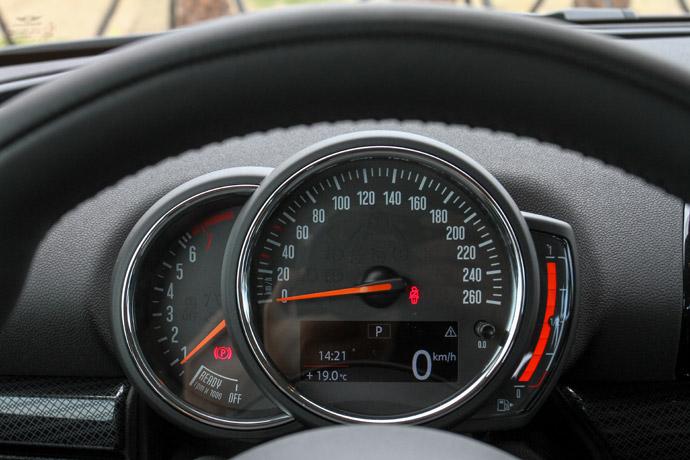 儀錶板採用經典的指針式,下方為旅程電腦。版權所有/汽車視界