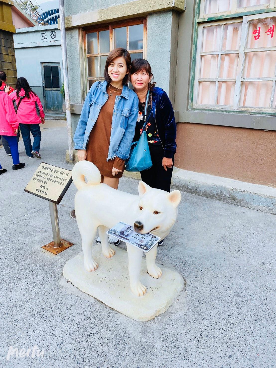 ▲熱愛小動物的米可白,走到哪都想跟動物雕像或圖畫拍照。