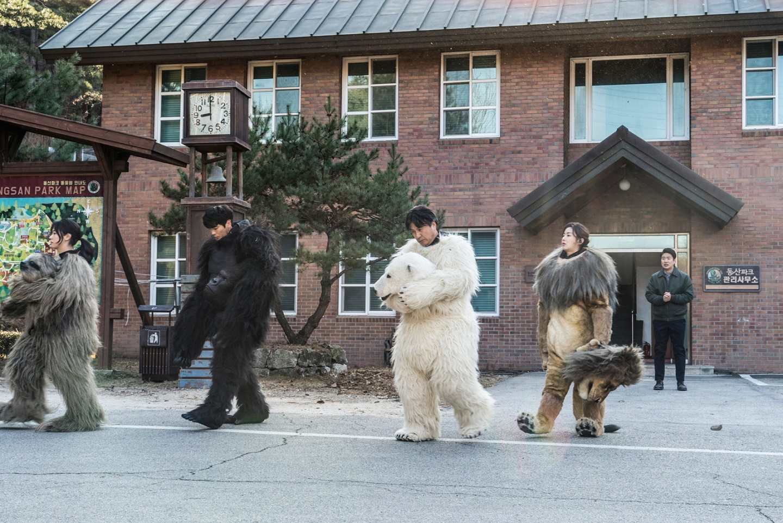 動物園職員們扮成動物 拯救即將停業的動物園
