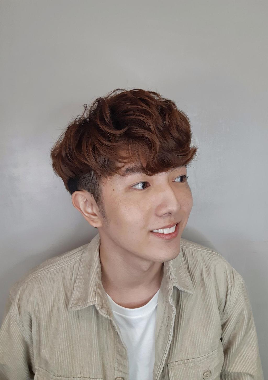 韓風卷髮暖男穿梭年末派對,也是成為目光焦點的一大利器!