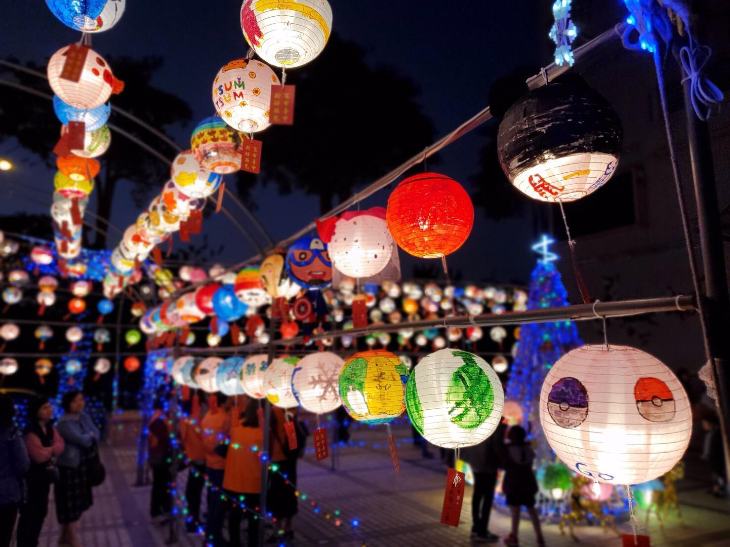 西屯區公所以中式燈籠結合西式聖誕樹,中西合璧、激盪新火花。圖/台中市政府