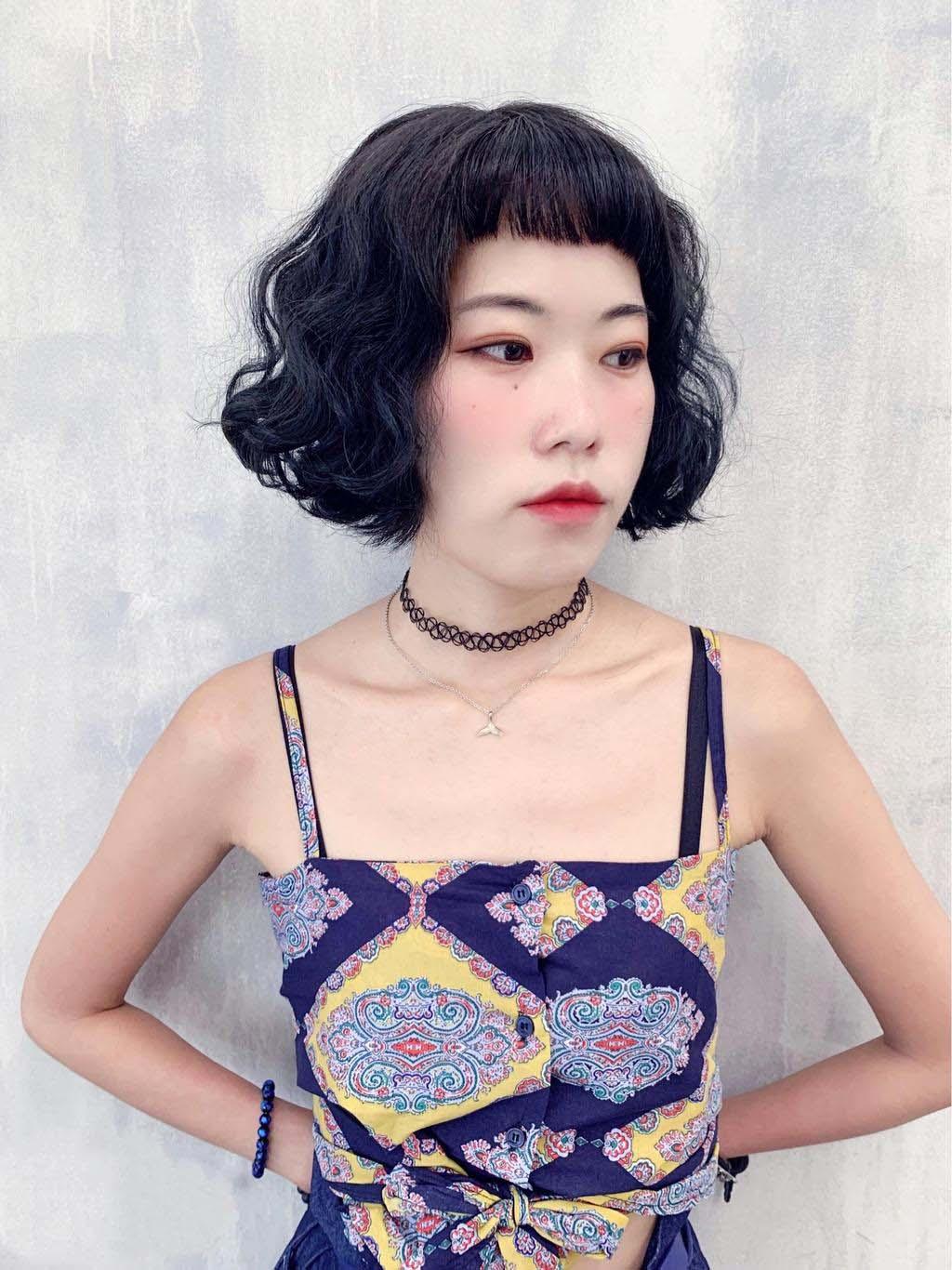 復古波紋× 個性靛藍黑× 眉上瀏海,活脫是潮流穿搭雜誌裡的東洋女模Look