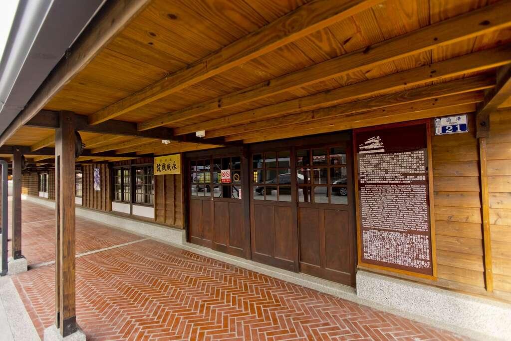 永成戲院保留日式全木造建築,還有布簾、檜木長座椅、老電影放映機,並於今年登錄歷史建築。圖/台南旅遊網