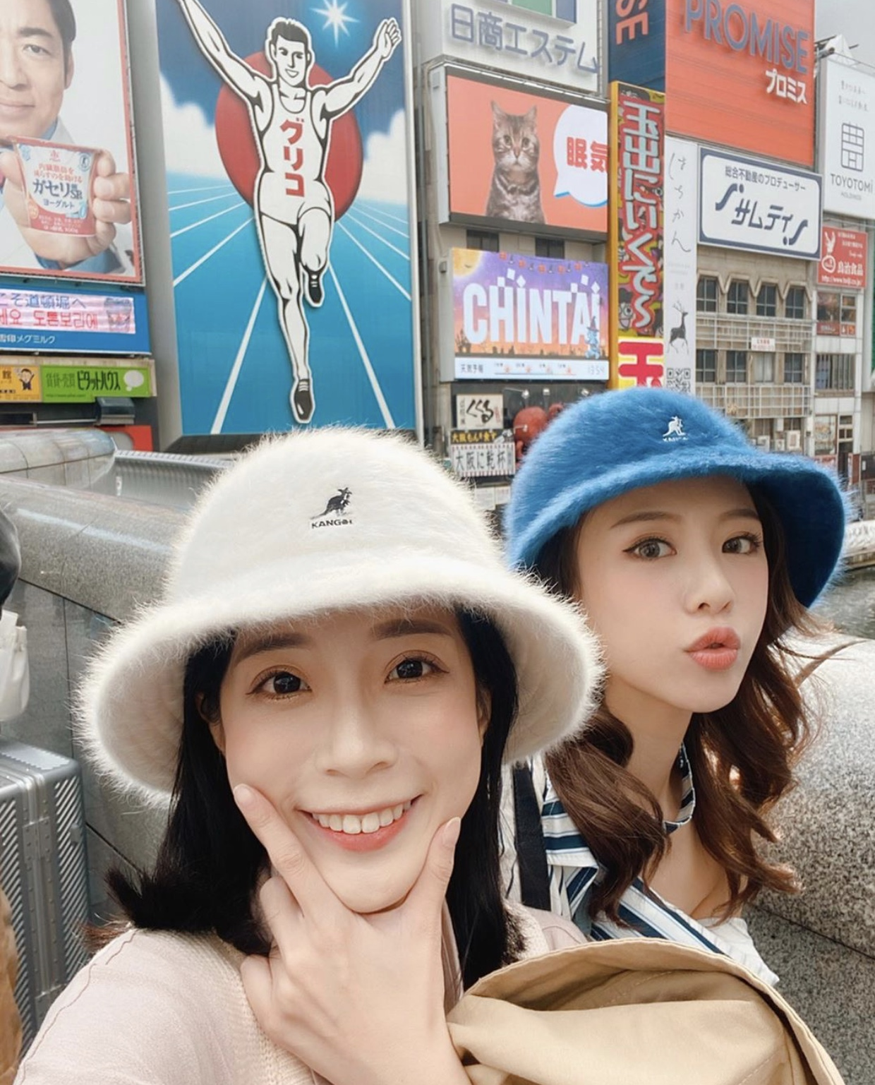 ▲兩人手滑買下同款不同色的姊妹帽。