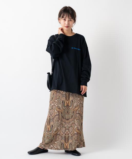 利用長袖 Tee 搭配佩斯利印花長裙即能在冬日中能傳達出復古又時髦的搶眼造型感