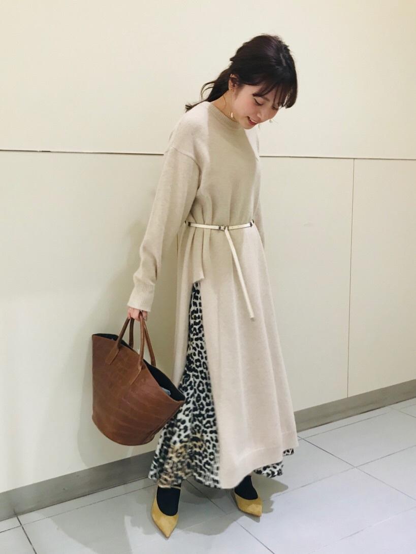 印花長裙的好處就是能搭配上長版衣著一同完成層次造型