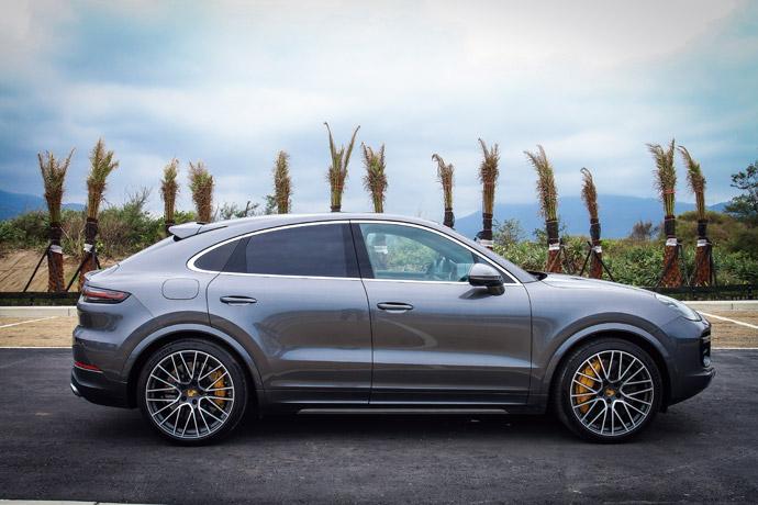 車高降低20mm,前擋風玻璃與A柱也更為扁平,再加上後門葉子板讓車身加寬18mm,創造出更為寬大的視覺效果,讓Cayenne Turbo Coupé更顯寬宏霸氣。版權所有/汽車視界