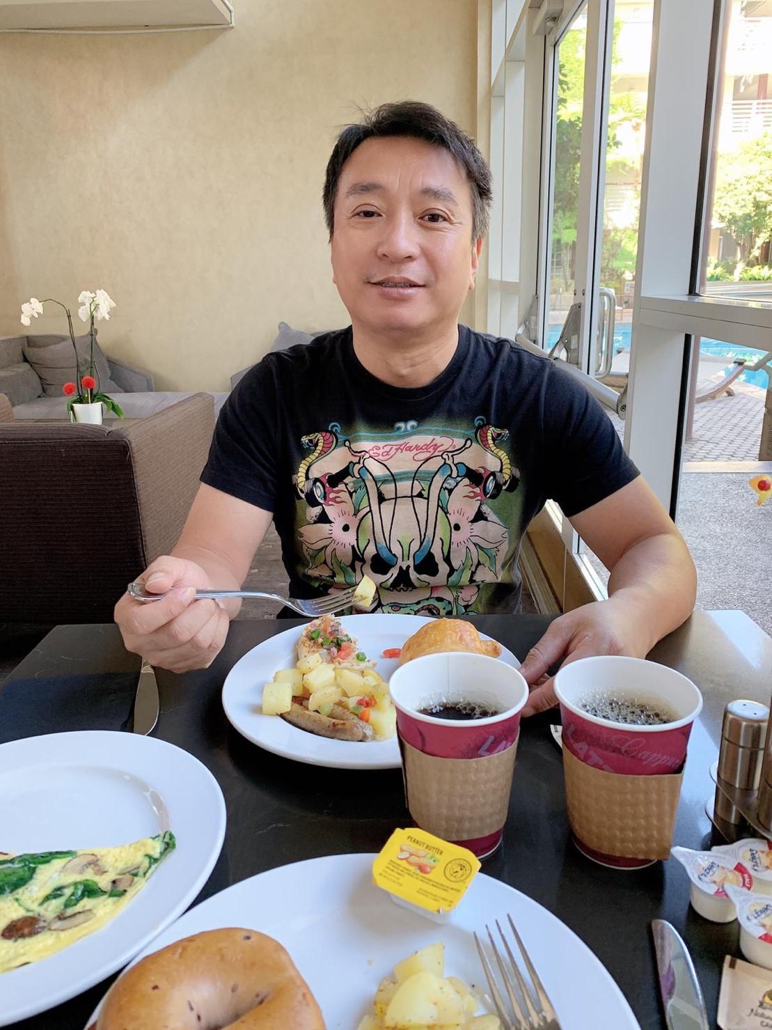 ▲王中平最後對於西式早餐有點不適應,余皓然只好陪著他出去外面找其他食物。