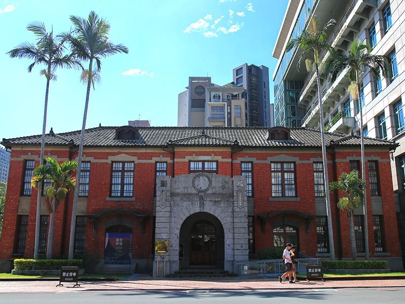 新竹市立美術館前身為新竹市役所,特殊的老虎窗與花葉紋飾,顯得優雅卻不失氣勢。圖/新竹市觀光旅遊網