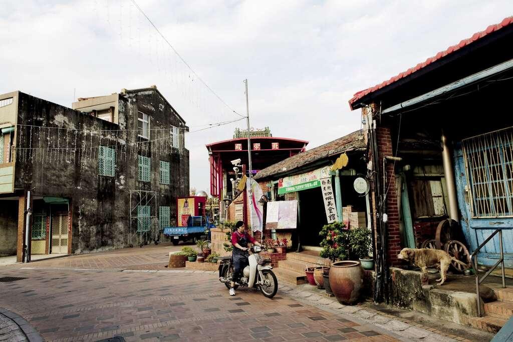 橋南老街至今仍保留老街屋原貌,上百年歷史的泉利號打鐵舖依然繼續開張。圖/台南旅遊網