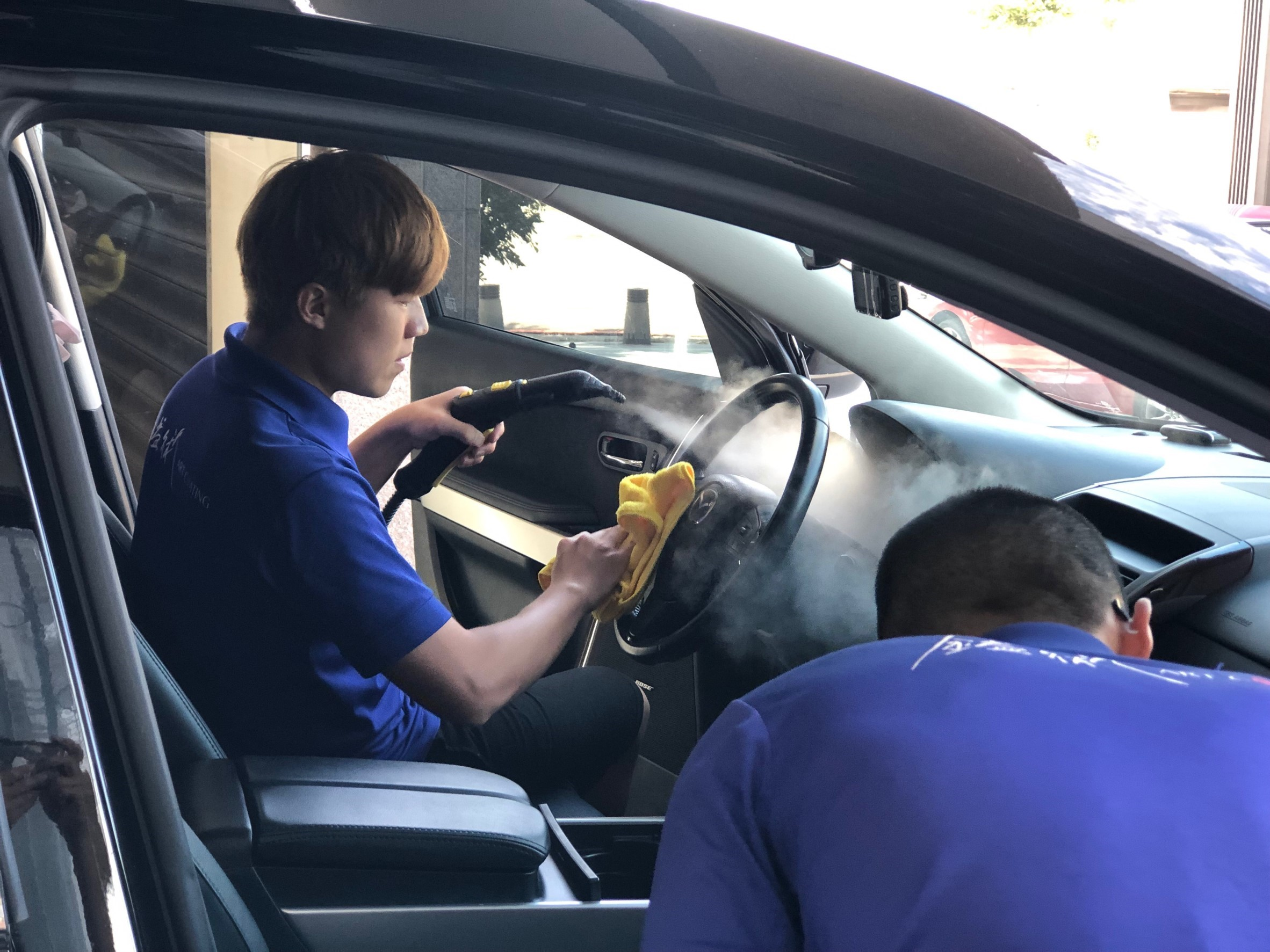 ▲沈世朋永遠忘不了,曾經有朋友在車上打翻牛奶,開車門撲鼻而來的臭味。