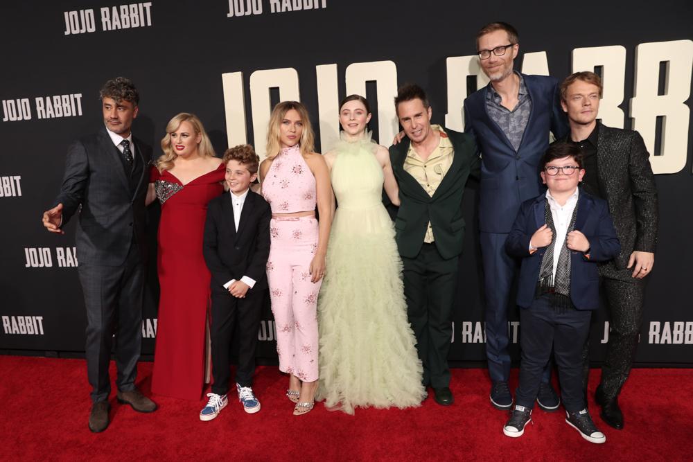 《兔嘲男孩》洛杉磯首映會 (左起) 塔伊加維迪提、瑞貝威爾森、羅曼格里芬戴維斯、史嘉蕾喬韓森、湯瑪遜麥肯錫、山姆洛克威爾、史蒂芬默錢特、亞契葉慈、阿爾菲艾倫
