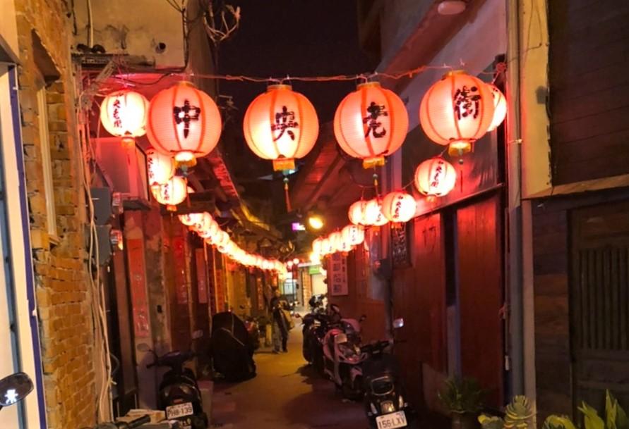 澎湖中央老街素有全台第一街之稱,自平安夜開始也亮了起來。圖/A編