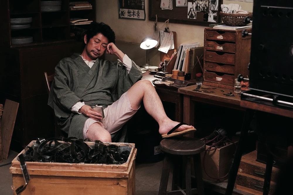 永瀨正敏所飾演的辯士山岡秋聲,年輕時意氣風發,然而到了後期在台上卻愈講愈少,甚至整天酗酒、意志消沉