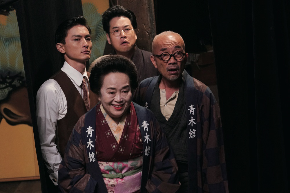 除了三位出色的辯士演員,周防正行的老班底竹中直人(右1)也再次亮相,成為整個劇組的開心果
