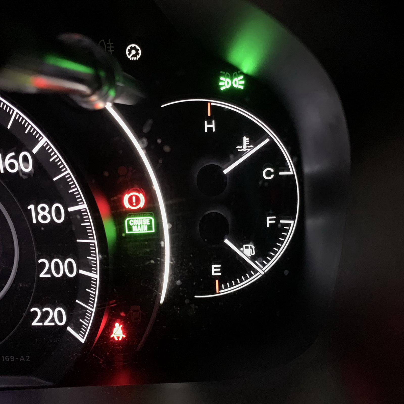 圖/▲上方水溫錶在行駛過程中,錶針維持在中間屬於正常,若越來越偏上表示水溫偏高,必須立即停車檢查。至於下方油錶錶針位置即表示目前剩餘油量,建議加滿燃油再上路。