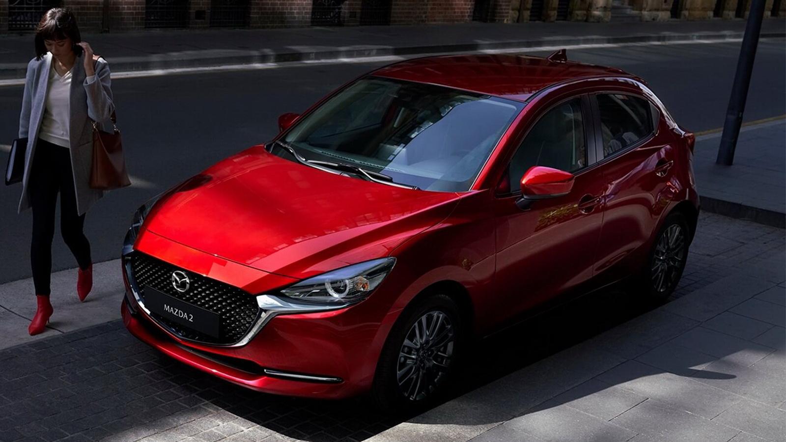 圖/2020 Mazda 2 1.5旗艦安全型在車頭富運動氣息的黑色網狀水箱護罩,輔以全新設計的LED頭燈組,讓整體視覺感更顯氣勢。
